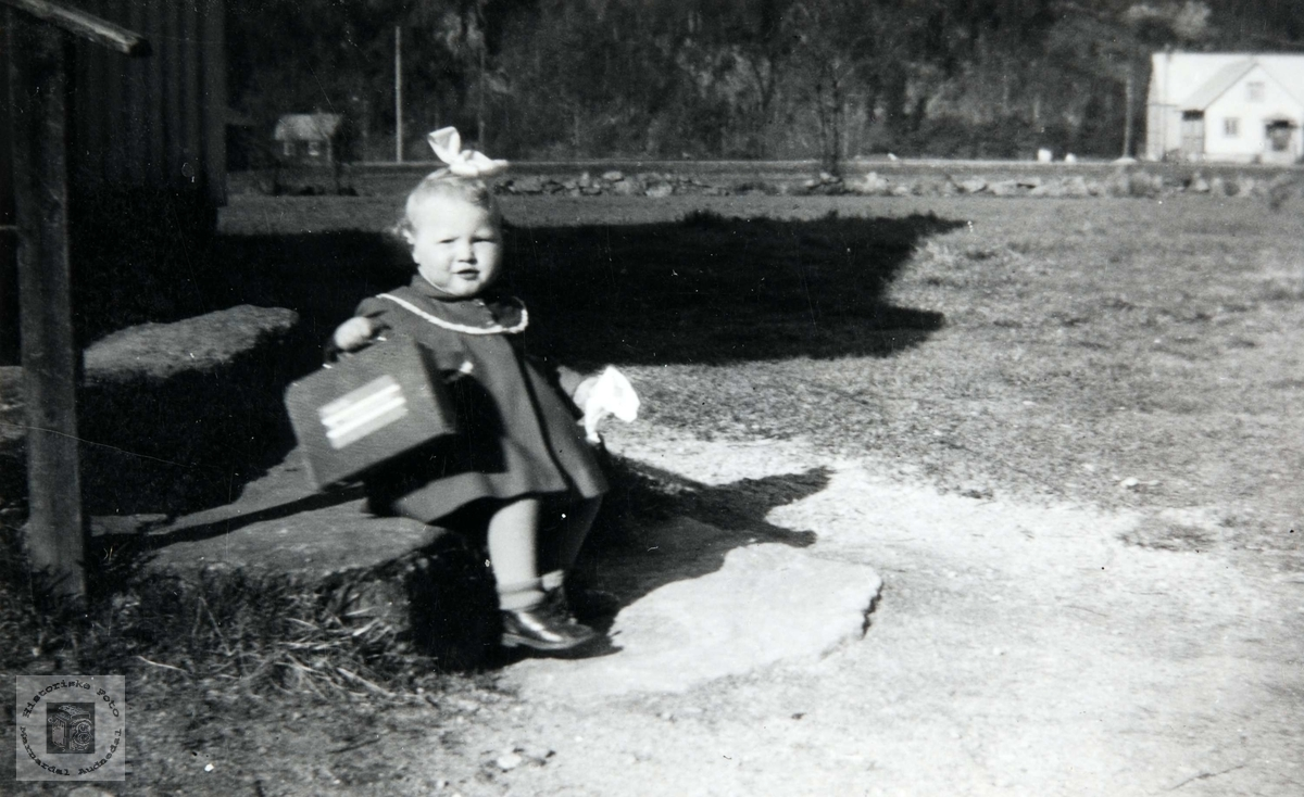 Portrett av Torhild Karoline Viblemo som skal på tur. Konsmo. Audnedal.