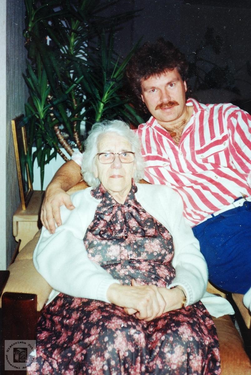 Sammen med bestemor på 32 årsdagen. Audnedal.