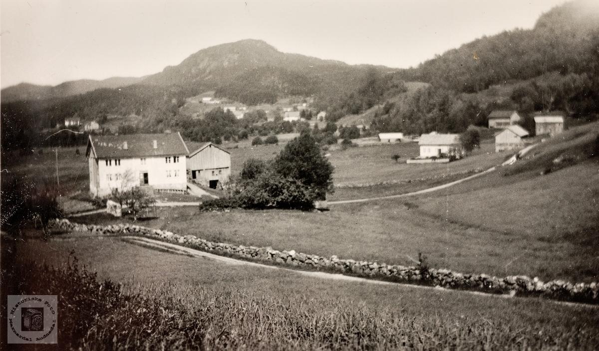 Refsnesgarden med gamlehusa i Lia og sagbruket. Grindheim.