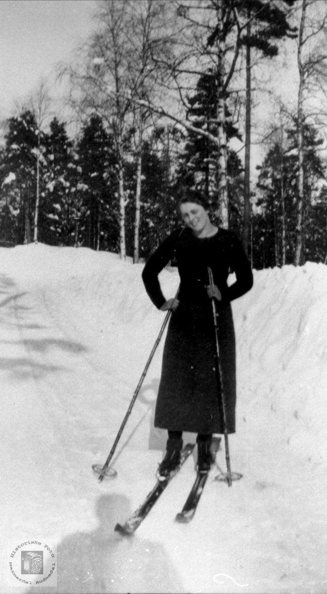 Portrett av Marie Voll gift Gunstveit på skitur, Bjelland.