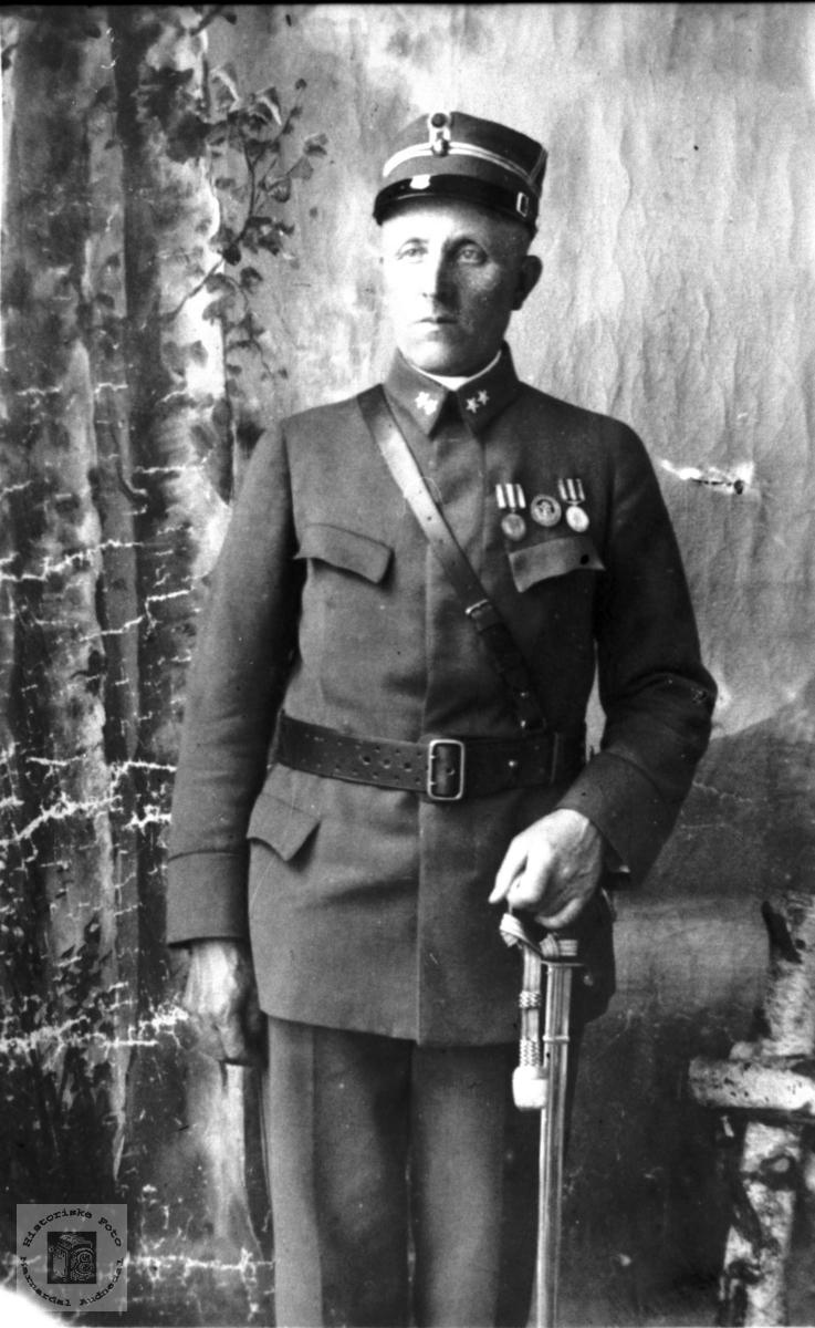 Portrett av Gunnar Mindrebø, Bjelland, yrkesmillitær- dekorert med flere medaljer.