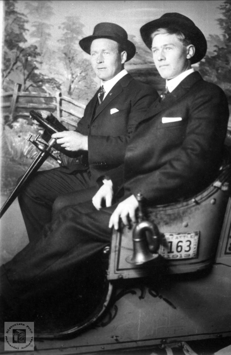 """Portrett i fine kulisser. På """"biltur"""" i USA. Ukjente personer trolig med tilknytning til Abelset, Bjelland."""