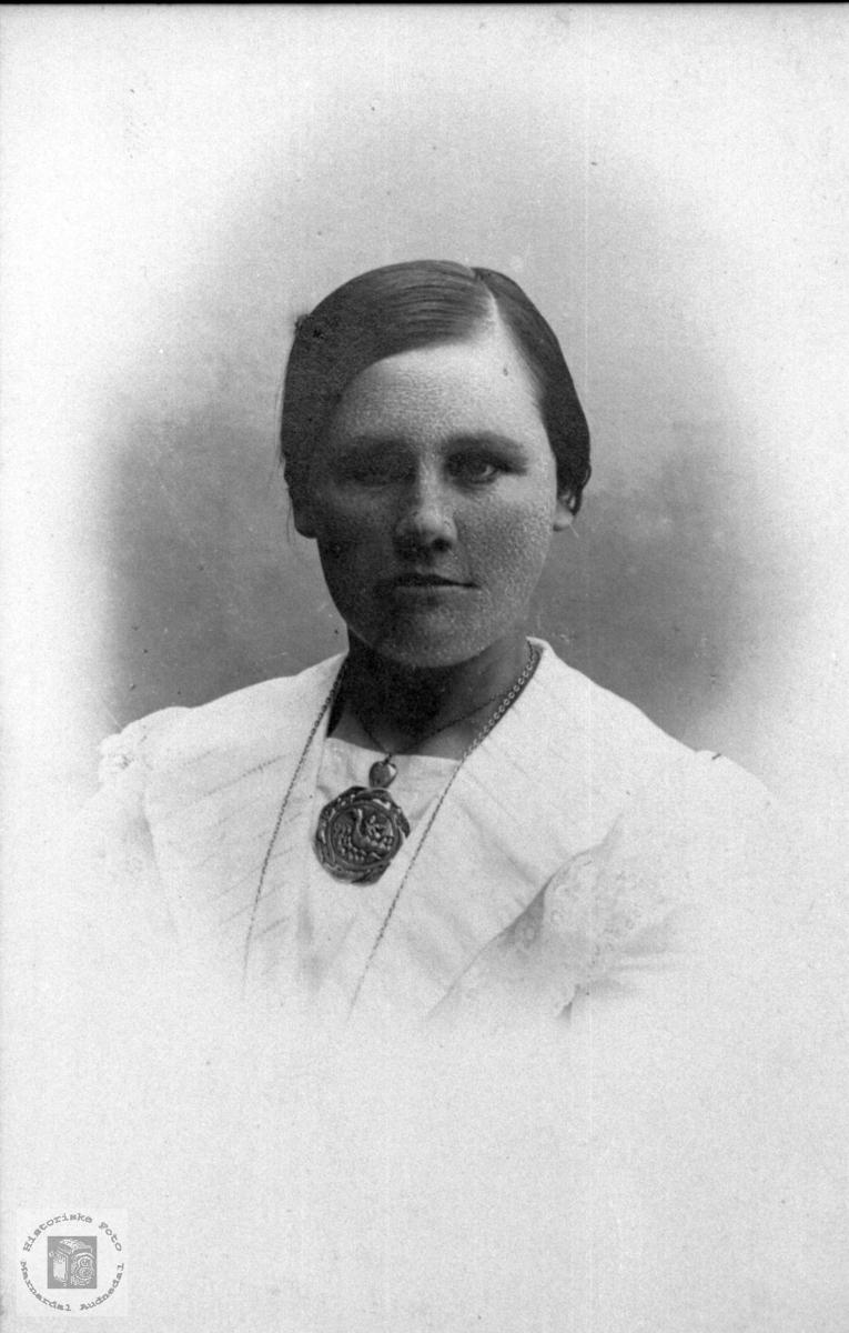 Portrett av ung ukjent dame med brosje trolig med tilknytning til Laudal.