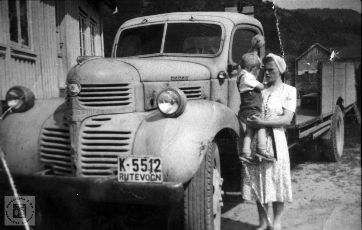 """""""Melkebilen"""". Gerd Steinsland med sønnen Jonny. Laudal."""