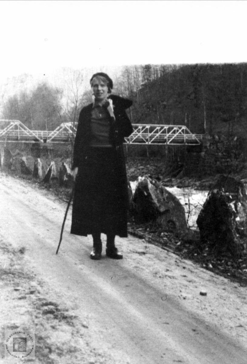 Elva,vegen og brua. Kleveland bru. Borghild Laudal spaserer.