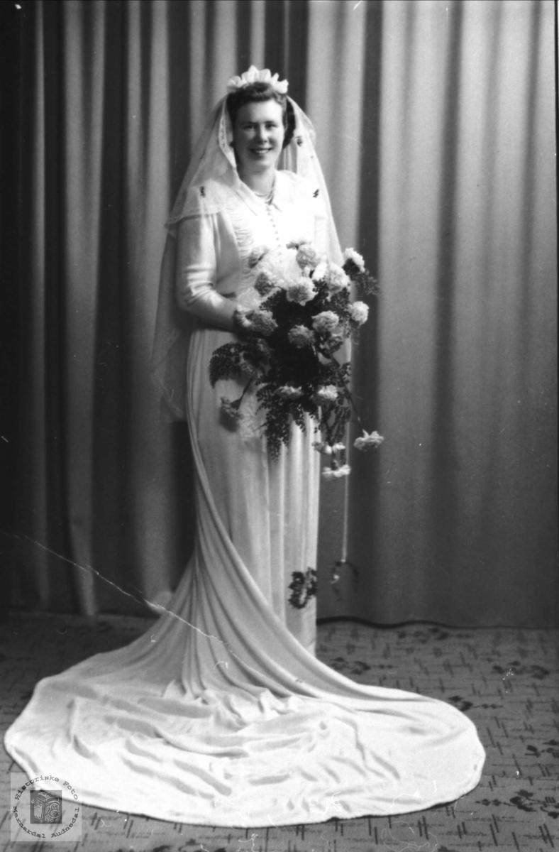 Portrett av brud Rebekka Tisland, Laudal.               rebekka Emilie Tisland Stedjan.