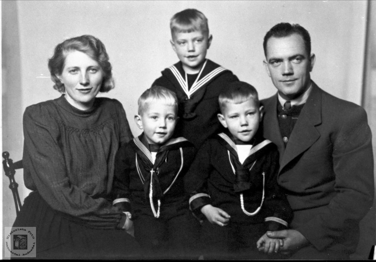 Portrett av familien Olsen på Skuland, Laudal.