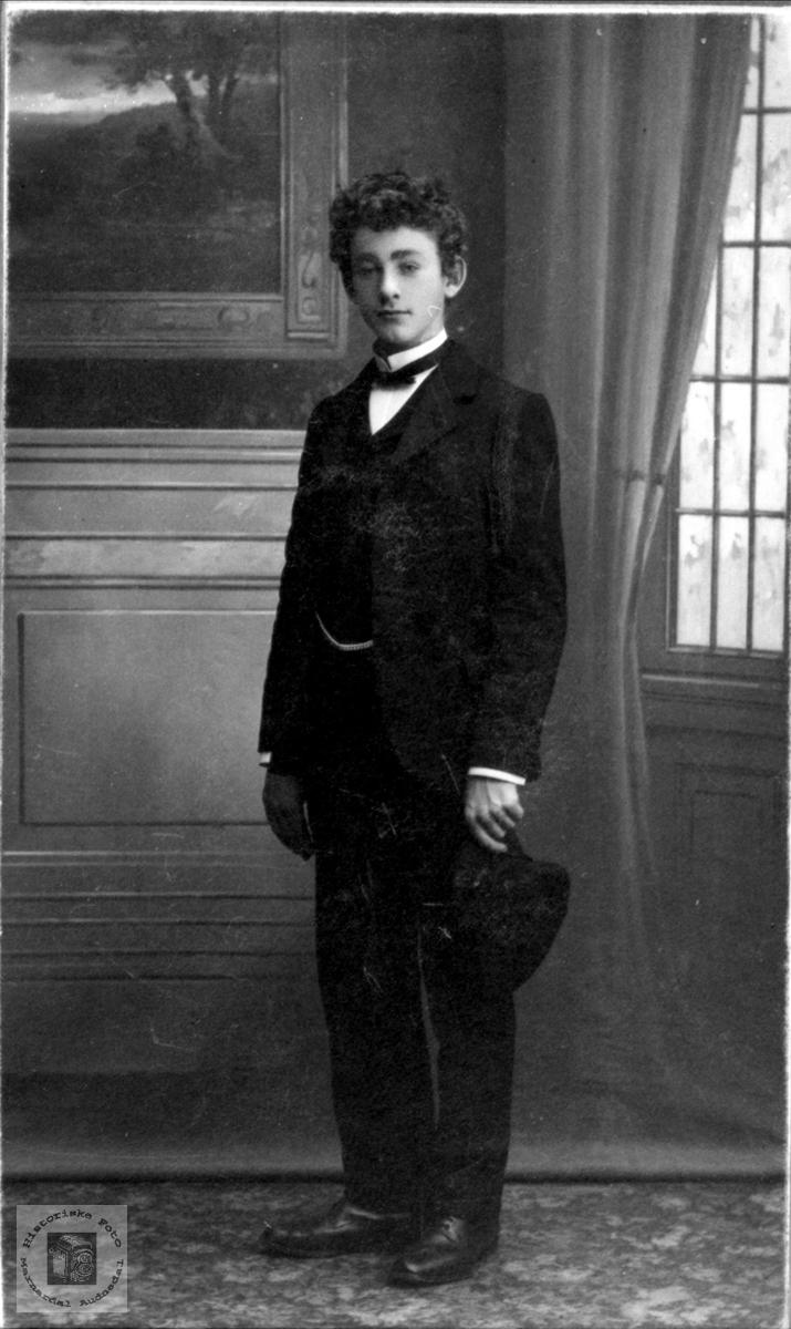 Portrett av konfirmant Olav Vallesverd.