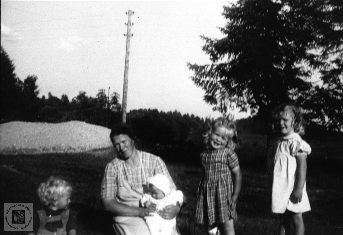 Mor og barn på Grimestad i Øyslebø.