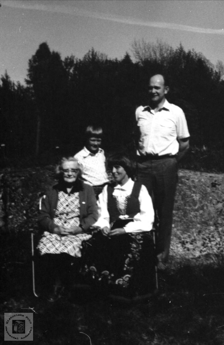 Tomine Birkelands 89 årsdag, Storågeren Øyslebø.