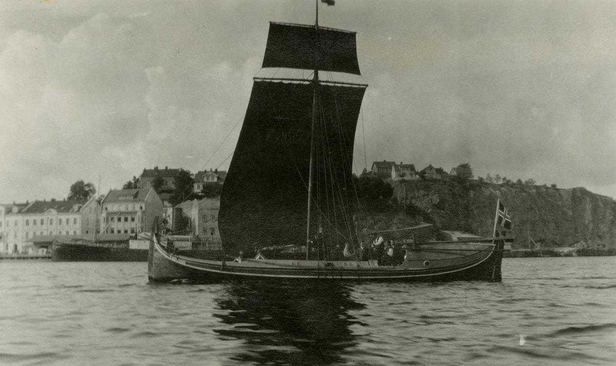 """Den nordlandske Fembøringen """"Opreisningen"""" ble kjøpt som gave av J. L. Tiedemanns Tobaksfabrik til Norsk Folkemuseum. Den ble seilet fra Sandnessjøen til Oslo i juli-august 1927 av kapten Johan Røring."""