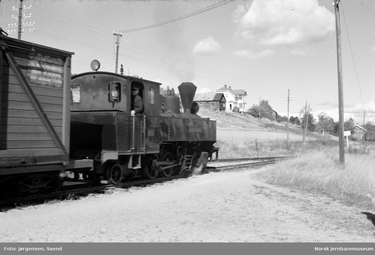 """Damplokomotiv nr. 4 """"Setskogen"""" med tog avventer avgang på Hornåseng stasjon"""