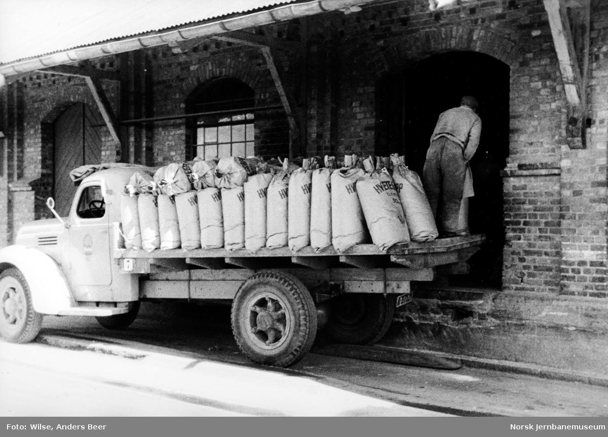 Innlasting av melsekker i godshuset på Grefsen stasjon