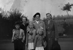 Gruppebilde; Gunda Rygh og hennes søster Julie Wilhelmsen. B