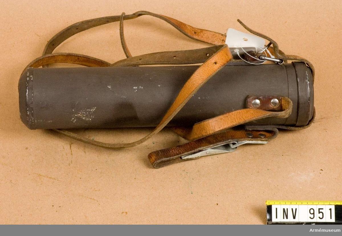 Samhörande nr är 950.Fodral t kikarsikte m/1941.Av gråmålad järnplåt med fastnitad bärrem av läder.