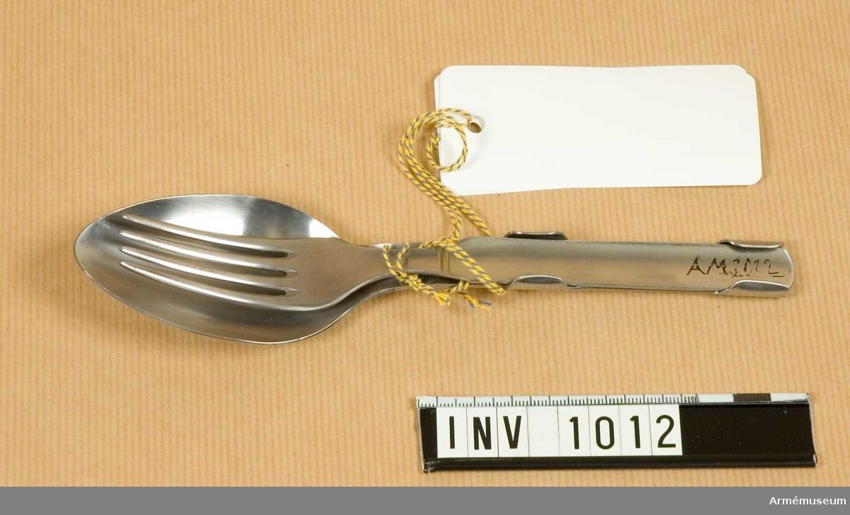 Samhörande nr är 844-849, 862-889, 891-899, 1001-1014 (1011-1013). Gaffel m/1929.Utförd i ett stycke med fyra taggar. Ingen märkning. Förvaras ihopsatt med sked och kniv.