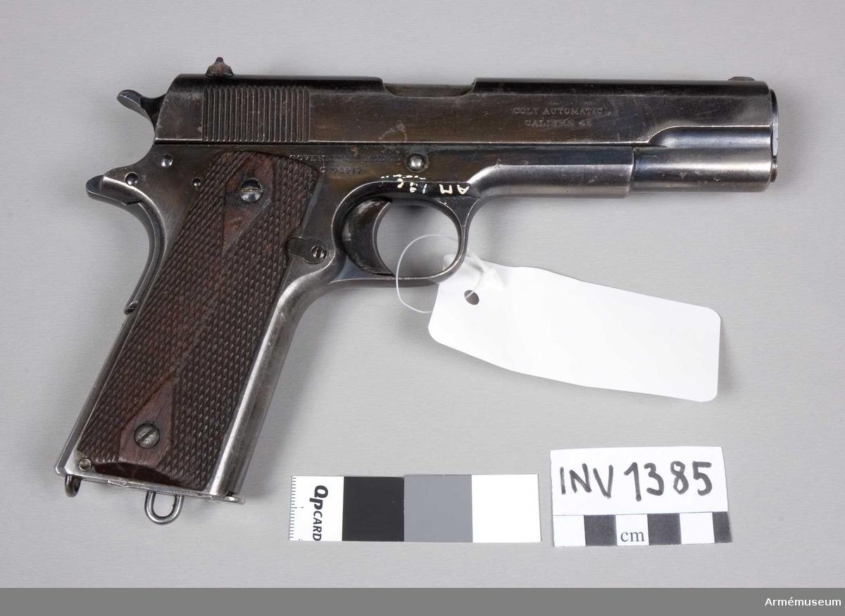 Halvautomatisk pistol. Patent 20/4 1897, 9/9 1902, 19/12 1905, 14/2 1911, 19/8 1913. Colts PT. F.A. MFG.CO. Hartford CT. U.S.A. Pistolen har rysk text (beställning från England). Består av: 1 halvautomatisk pistol, 1 magasin.