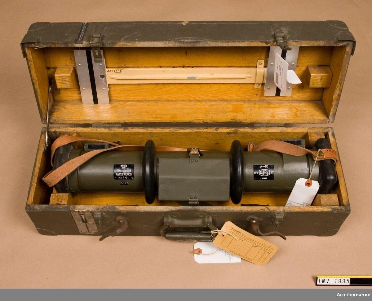 Samhörande nr är 1995-1996.Avståndsinstrument M 3 Tg 202.06000, 40 cm.System Koincidens. Typ Nife. Tillv.nr: 50483. Förstoring: 8xsynfält 5 grader. A-instrument: 141 (67). Består av: 1 avståndsinstr, 1 bärrem. Samhör m instr.låda.