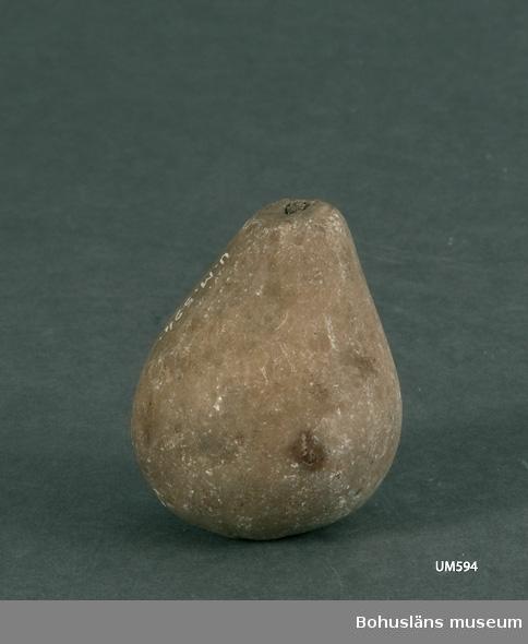 Ur handskrivna katalogen 1957-1958: Päron av marmor. Mått: c:a 5 x 4 cm; stjälken är avbruten vid sitt fäste. F.ö. helt.  Lappkatalog: 99