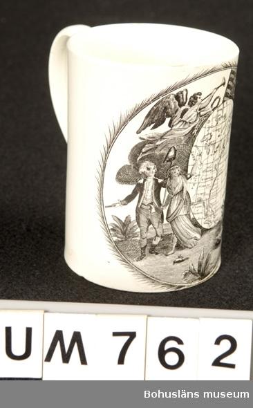 Föremålet visas i basutställningen Kustland,  Bohusläns museum, Uddevalla. Tillverkningstid omkring 1800.  Cylindriskt kärl med en hänkel. Vit med svart tryckt dekor. Dekoren är ett motiv med östra amerikas karta och atlanten. Runt kartan - vilken är äggformad - är det bl.a en amerikansk flagga, en ängel och två män och tre kvinnor. Mannen till höger kan vara James Cook, en brittisk upptäcksresande. Han karterade bl.a. delar av Nordamerika under 1760- och 1770-talen.  Konserverad av SVK 1997. Se under Tillstånd & vård.  Ur handskrivna katalogen 1957-1958: Mugg av porslin, Amerika Mynningsdiam.: 8,8. H: 12. Vitt porslin med Amerikas karta i svart. Obetydligt skadad och sprucken.  Lappkatalog: 62