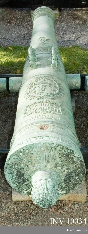"""Grupp A I.  Byte från intagandet av fästningen Glückstadt i Holstein 5 januari 1814. Tillhör det första kända danska artillerisystemet vilket infördes av Fredrik III omkring 1649 och som i allmänhet kallas """"Fredrik III:s Rids"""".  Enligt å kammarbandet befintlig inskrift gjuten i Glückstadt 1654. Med Fredrik III:s namnchiffer och hans valspråk: DOMINVS. PROVIDEBET (Herren skall råda) å kammarstycket samt Glückstadts vapen (Fortuna på ett rullande klot) å långa fältet.  Mått: loppets relativa längd: 19 kal. Kammarsiraterna märkta """"1654"""" och """"5436"""", druvhalsen """"5""""."""