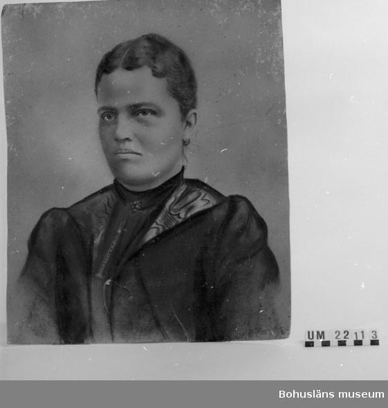 """Skrift med blyerts på baksidan: """"Herr Reinhold Olsson, Sunningen Handl. Hansson, Hasselberg, Uddevalla, Sweden"""".  Bilden är lagad på baksidan med två pappbitar."""