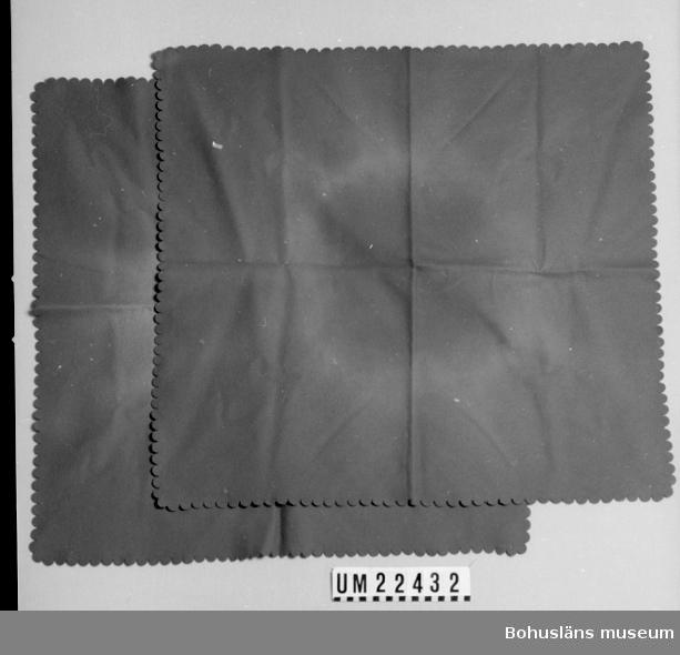 594 Landskap BOHUSLÄN  Dukar av grön tunn filt med utstansade, tandade kanter som dekorelement.  UMFF 105:6