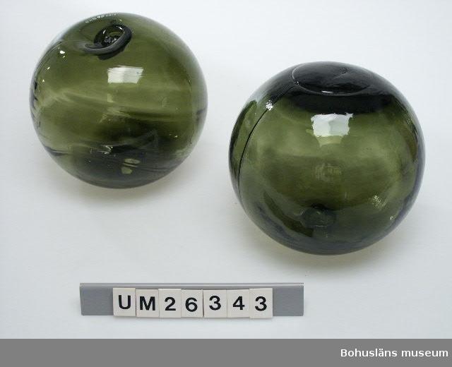 """Fyra flöten av mörkgrönt glas. I ändarna konkava försänkningar. Inpressad text i svag relief i glasmassan: """"Made in Chezoslovakia""""."""