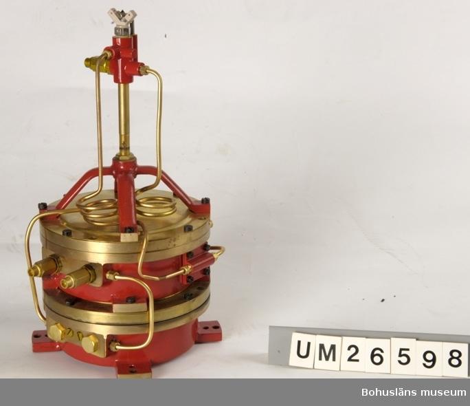 Föremålet visas i basutställningen Kustland,  Bohusläns museum, Uddevalla.  Klippljusapparat monterad på tryckregulator. Teknisk konstruktion med delar i gulmetall och rödlackat järn. Inne i dosan är det bl.a. ett mjukt membran av läder (av ofödd kalv). Dosan är försedd med en inloppsventil och en utströmningsventil för gasen.  För beskrivning i övrigt, se litteraturhänvisning. Gasklipp av denna typ användes i alla mindre fyrar under 1900-talet. Denna är använd på Vinterholmens fyr sydväst om Stenungsund. Över gasklippen skall det sitta en glaskupa som förstärker ljuset så att det syns på flera mils astånd. Gasklippen är mycket driftssäker. En gång om året byttes gastuben ut. Denna gasklipp ersattes våren 1992 med en som drivs av solceller. En anledning till detta var av hänsyn till arbetsmiljön. Gasen är explosiv. Glaskupan (ovan beskriven) fortsattes däremot att användas. På Ärholmen vid Marstrand hade Sjöfartsverket en gasstation med tillverkning av klippar. Denna gasklipp är renoverad (av givaren) till ursprungligt skick.