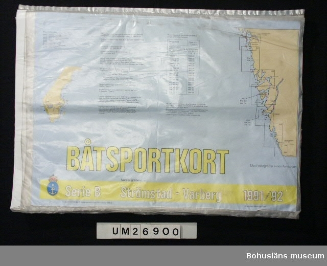 """106 484 17 st sjökortblad (kartor över farvatten och kustlandskap) av papper instoppade i genomskinliga plastfickor i storlek avpassad efter sjökorten. Plastfickorna är sammansatta till en mapp man kan bläddra i genom att de är sammansmälta längs ena långsidan. Öppningarna längs ena kortsida på varje plastficka är förtejpade med vit tejp.  En tom plastficka. Ljusblå framsida med beige översiktskartor och gul/svart text: BÅTSPORTKORT SERIE B Norska gränsen (liten stil)- Strömstad - Varberg 1991/92 Med topografisk landinformation Sjöfasrtsverket, Sjökarteav delningen, Norrköping 1990 C inom cirkel (=copyright) mm text där t ex beskrives vad båtsportkort är på följande sätt: """"Båtsportkort utgör särtryck ur ordinarie sjökorts kartbild, kompletterad med särskild information för båtsporten.""""  Anders har fått båtsportkorten 1991 - 1992 av moster och morbror Monica och Tore Karlsson, Göteborg, som skulle köpa nya till sig själva. Anders fick därför dessa när han köpte sin segelbåt.  Insamlade i samband med SAMDOK-dokumentation av båtturism.  För fler uppgifter om brukaren och dokumenationen se UM26869."""