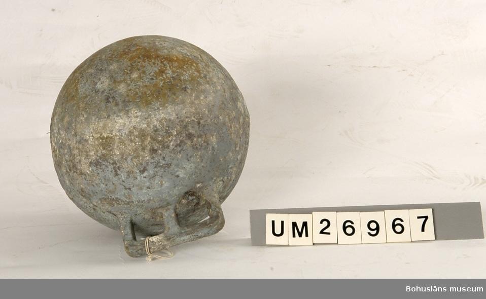 Fem klotformade flöten av metall (aluminium eller zink?). Beskrivningar av flötena i storleksordning följer här: 1. Omkrets 64 cm, med tre upphöjda ränder runtom på mitten och korta upphöjda ränder på tvären mellan dem på några ställen. I utstickande rektangulär del med rundade hörn finns två runda hål bredvid varandra. Text i relief: MANUFACTURERS PHILIPS ...(Oläsligt) TRAWL PRODUCTS GRIMSBY? ENGLAND ? (Svårlästa ord). Oläslig text p g a att den är bortsliten även på ytterligare ett ställe. Slitet. 2. Omkrets 63,5 cm, med sju upphöjda ränder, den mittersta bredare än de övriga. Två rundade metallöglor med gemensam mittdel sticker ut. Text i relief: AUTRIEB ? (Svårläst)...(Oläsligt) Märke som ser ut som ett kantigt stort S och siffrorna 197. Mycket smutsigt, fläckvis vit beläggning. 3. Omkrets 63 cm, slät yta utan upphöjningar, målad i vitaktigt grönblått i två olika nyanser, färgen delvis avsliten. Utstickande del med två närmast fyrkantiga hål. Text i relief: ... (Oläsligt ord) DE ... (Oläsligt ord) PARIS. Stor rostfläck. Mycket slitet. 4. Omkrets 55,5 cm. Med fem upphöjda ränder runtom. Rundad del med två kvartcirkelformade hål sticker ut. Text i relief: MADE IN SPAIN LA CORONA, bild av en fyr med ljusstrålar samt patentnummer med 39 siffror i. Samma? text/bild/siffror finns på ytterligare ett ställe fast är där mer sliten. Slitet. 5. Omkrets 37 cm. En upphöjd rand på mitten, för övrigt slät yta. En ögla sticker ut på ett ställe. Knutet runt den finns rester av snöre. Slitet. Rostfläckar m fl fläckar.  För uppgifter om brukaren se UM026962 Se även Bohusläns museums arkiv, arkivnummer 389.