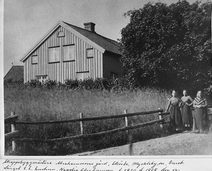 """""""Skeppsbyggmästare Abrahamssons gård, Skörbo, Myckleby socken, Orust. Längst till höger hustrun Napolia Abrahamsson, född 1830, död 1908. Hon var född Tegner å Buvenäs"""""""