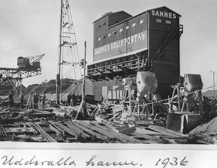 """Text på kortet: """"Uddevalla hamn. 1936 Sannes kolimport"""".  .   ::"""