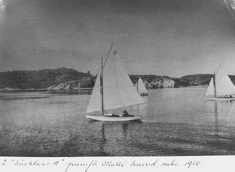 """Text på kortet: """"2 """"Särklass A"""" framför Mollö huvud, omkr. 1910""""."""