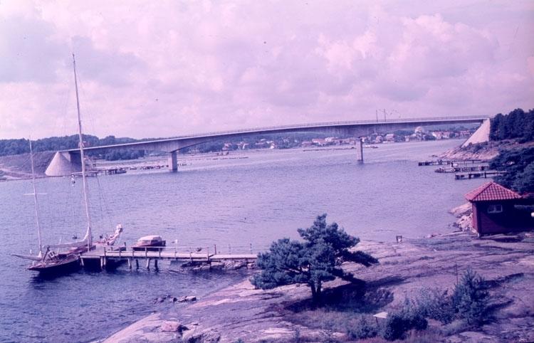 """Enligt AB Flygtrafik Bengtsfors: """"Stenungsundsbron Bohuslän""""."""