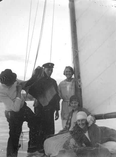 """Enl. text i blå bok: """"Tre damer och två män på segelbåt"""" ::"""