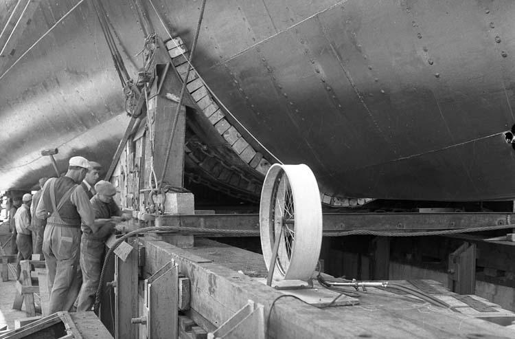 102 M/S Cali, kilning av släde inför sjösättning 1950