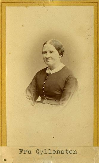 """Text på kortets baksida: """"Fru Gyllensten""""."""