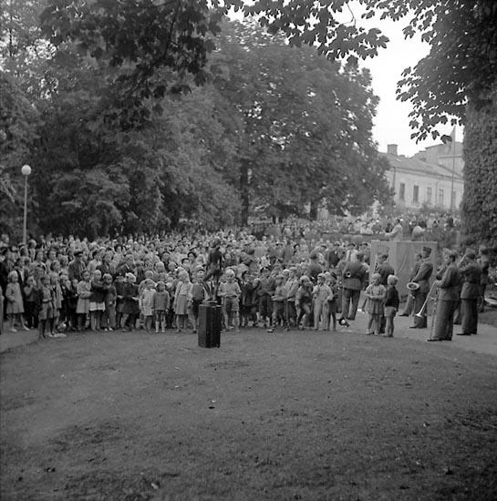 """Vid invigningen av bronsskulpturen """"Vera"""" i Hasselbacken, Uddevalla, den 20/9 1949."""
