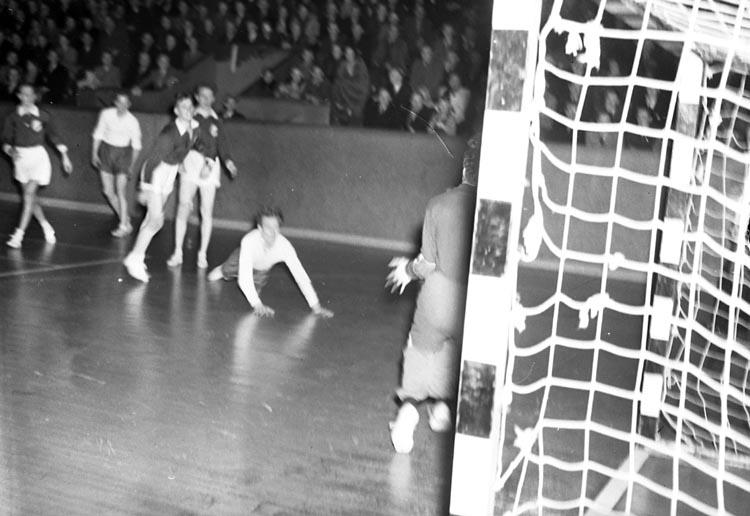 """Enligt notering: """"Handboll Frölunda M.H.K. Febr 1951""""."""