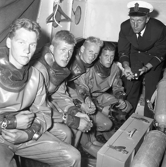 """Enligt notering: """"Marinens grodmän (Röjdykare) aug. 1955""""."""