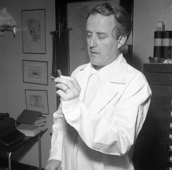 """Enligt notering: """"Dr. Ulf Fernström med utopererade metalldelar U-a lasarett 13-5-56""""."""
