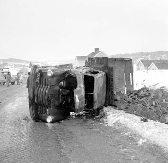 """Enligt notering: """"Bilolycka vid Hogstorp 2/2 -59""""."""