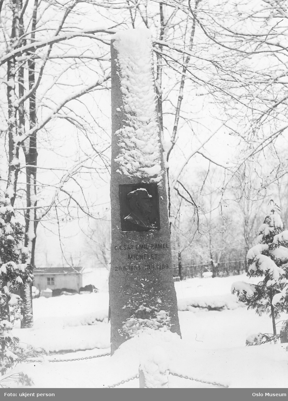 bautastein, portrettrelieff, snø