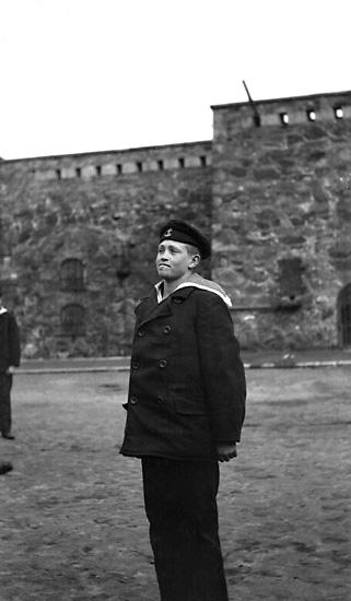 Skeppsgosse på borggården, Carlstens fästning.