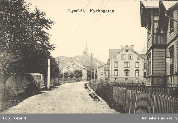 "Tryckt text på kortet: ""Lysekil. Kyrkogatan"" ""Förlag: Albert Wallins Bokhandel, Lysekil."""