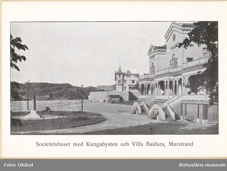 """Tryckt text på kortet: """"Societetshuset med Kungabysten och Villa Baidara, Marstrand."""""""