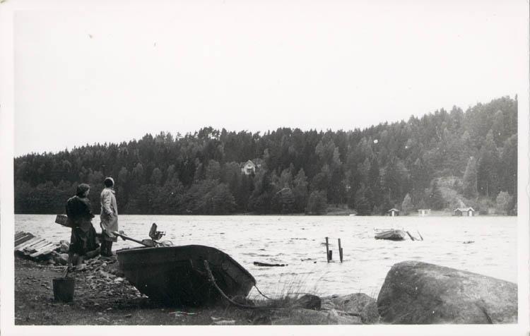 """Noterat på kortet: """"Stillingsön Hösten 1954."""" """"Kåröd kile vid högvatten."""""""