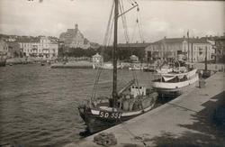 "Tryckt text på kortet: ""Norra Hamnen."" ""Foto Nord Konst."""
