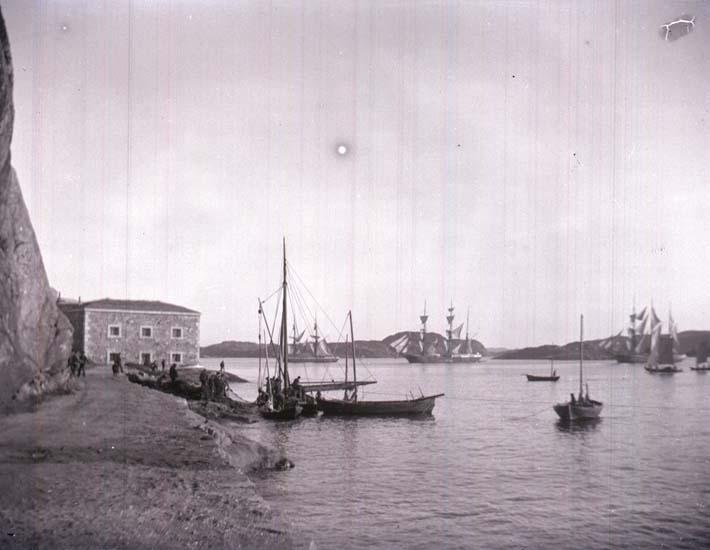 """Enligt text som medföljde bilden: """"Marstrand, Vad inhalas."""" ::"""